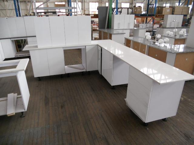 Kitchen Suite Ex Display L Shape Kitchen Engineered Stone White Speckled Benchtops Overall
