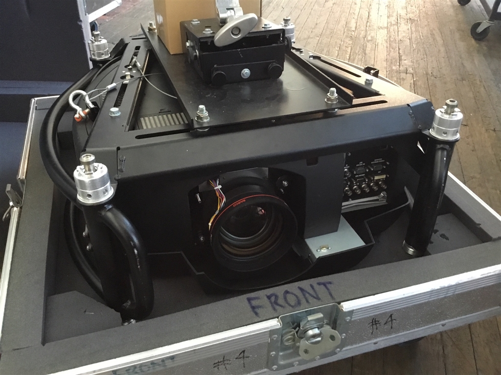 movietheatre projector barco rlm r6 with road case