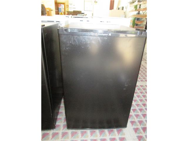 kelvinator bar fridge 120 litre black model krm1200be 12 month parts labour warranty 9253410